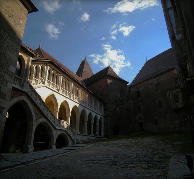 Cetatea Hunedoara - Cetatea Huniarzilor - Castelul Corvinestilor hunedoara curtea interioara