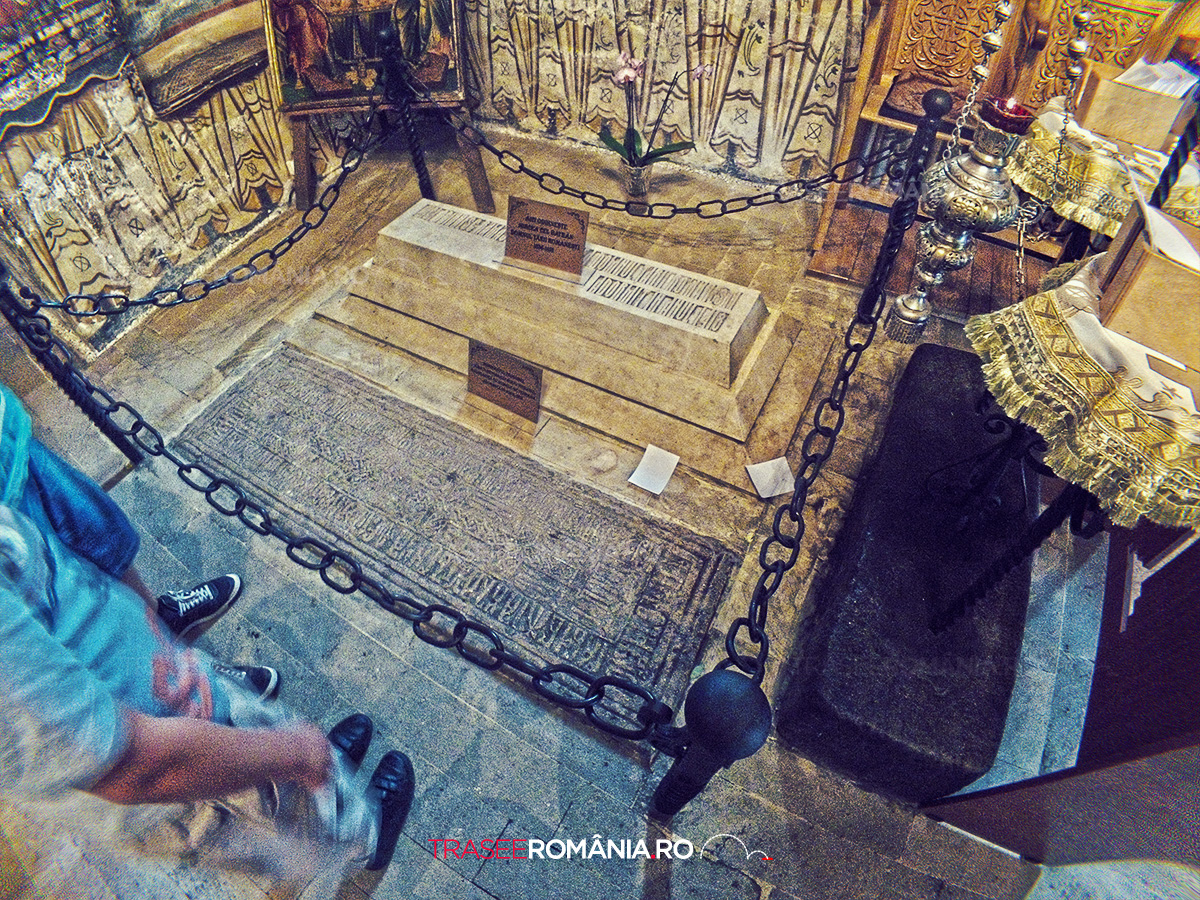 Mormatul lui Mircea I de la Manastirea CoziaMormatul lui Mircea I de la Manastirea Cozia