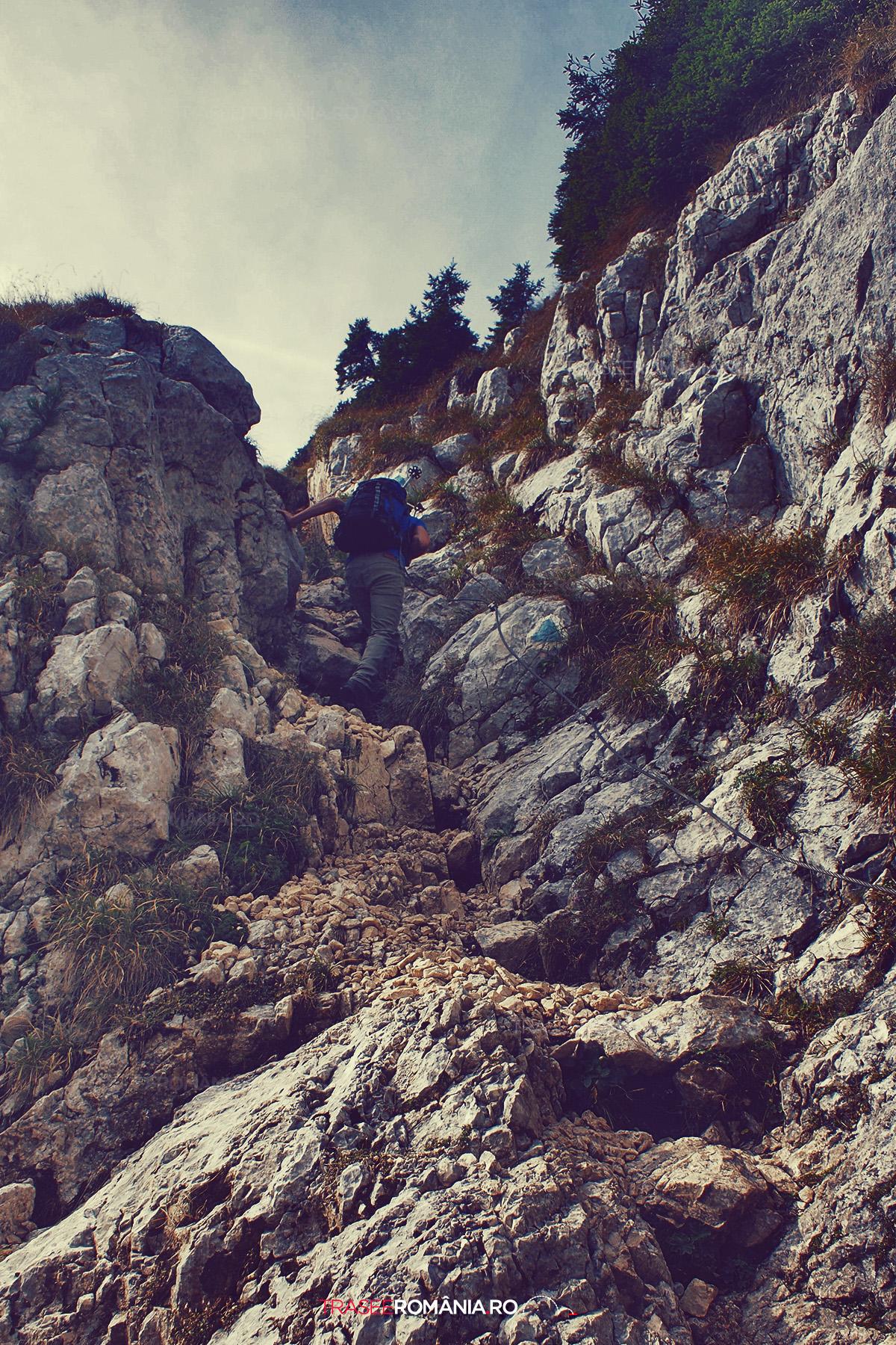 Urcare pe lanturi pe traseul de la Cabana Curmatura spre Refugiul Varful Ascutit