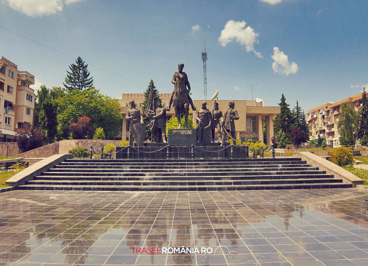 PIATA MIHAI VITEAZU - STATUI CU PERSONAJE IMPORTANTE DIN ISTORIA ROMANIEI IN SFANTU GHEORGHE