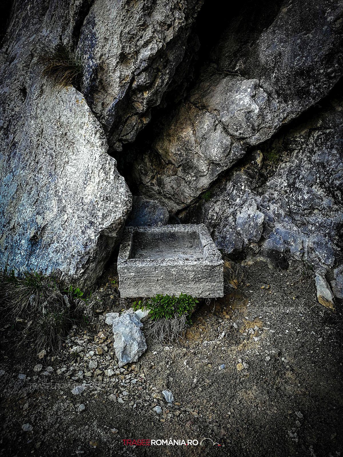 Gavan apa pe traseul de drumetie spre Refugiul Sperantelor din Piatra Craiului